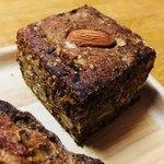 77030399 - ライ麦と全粒粉のたっぷりナッツパン
