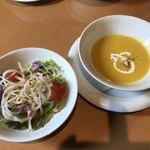 ビストロ カノン - Cセット(1700円+税)のサラダ、かぼちゃとコーンのポタージュスープ