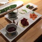 喜八 - カニの内子・外子、酢の物三種盛、きゅうり一本漬け
