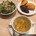 77052553 - ランチセットのスープ、サラダ、パン