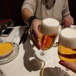 77058127 - とりあえず生ビールで乾杯!このビールが小サイズで800円以上でけっこう高い(^^;)