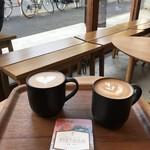 ネイバーフッドアンドコーヒー - お外の見えるお席で