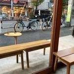 ネイバーフッドアンドコーヒー - 店内からテラス席を♪