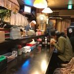 豚松 - 店内