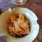 77064790 - (2017年11月 訪問)アルコール注文で供される蕎麦チップス。塩気と蕎麦の風味が止まらぬ美味しさ。