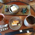 77064797 - (2017年11月 訪問)『吟ほろろ』2200円の前菜。そば味噌・にしん・豆腐・板わさ。これに冷酒とせいろ蕎麦が付く嬉しい内容。
