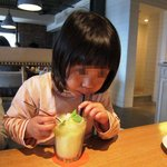 bills - パイナップル、メロン、ミントのフラッペ 飲む娘
