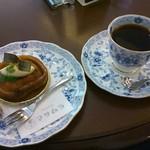 77074504 - タルトタタンとホットコーヒー