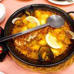 スペイン料理銀座エスペロ - 魚介類のパエジャ(2人前¥3672)。米の量に対して、具が本当にたっぷり!
