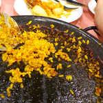 スペイン料理銀座エスペロ - このお焦げがたまらない! 店員さんに言えば、専用の大型スプーンで綺麗さっぱり盛り付けてくれます