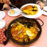 スペイン料理銀座エスペロ - 大皿から取り分けて、みんなで食べるのも楽しい。大人数だと鍋が大きくなり、迫力UP!
