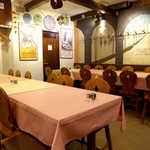 スペイン料理銀座エスペロ - 閉店間際に撮影。黄色とピンクのテーブルクロスが、陽気な気分