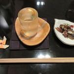 77076689 - 一杯目とお通しのサンマの骨焼き煎餅