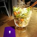 フレンチマンJr - お通しのチョップドサラダ。おかわり自由が嬉しい。