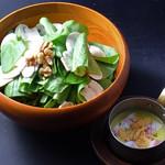 焼肉居酒家 韓の台所 - 《季節のおすすめ》ほうれん草とマッシュルームのサラダ