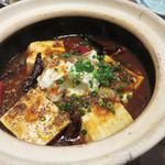 姪浜 門際飯荘 - 『辛い!大陸的!!土鍋麻婆豆腐』。生姜と唐辛子と中国山椒が効いています。