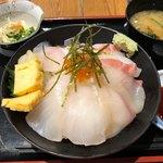 魚旬 - 海鮮丼 1000円。