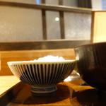 土鍋炊ごはん なかよし - お茶碗から湯気が立つ