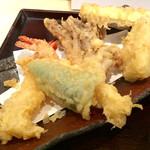 """77094559 - """"日替善""""の天ぷらの盛り合わせ。もう少し盛り付けのビジュアルに拘って欲しい。例え味が変わらないとしてもだ。配膳時の""""ツカミ""""は重要だ。"""