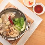 百味飲食 カフーシ リュウキュウ - 本場仕立て!シンガポール風バクテー鍋