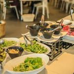 百味飲食 カフーシ リュウキュウ - 地産地消をテーマに地元野菜のサラダをふんだんに