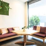 百味飲食 カフーシ リュウキュウ - 大人気なソファー席(限定1席です)