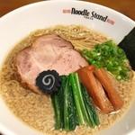 Noodle Stand Tokyo - (背脂KUROSHIO煮干ラーメン)たまにはガツンとラーメンを食べたい。そんな方にオススメ!たまさ醤油風味豊かな醤油を生かした旨味溢れる煮干ラーメンに背脂のUMAMIと甘みが食欲をそそる。醤油か塩がお選びいただけます。