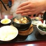 純中国伝統料理四川料理 芊品香 - 焼いた石鍋に入れた豆腐を混ぜる
