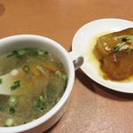 福天 - スープと小皿料理付きです。 小皿料理は、大根の煮物でした。