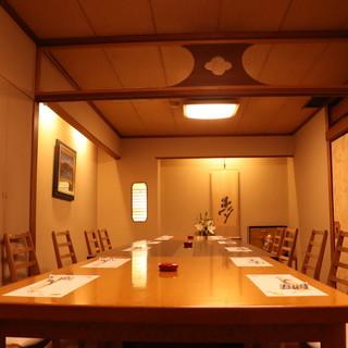 和食を味わうのに最適な和の空間。個室は<40名様>まで可。