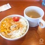 肉のはせ川 - サラダセットとスープ(260円税別) スープとご飯はお代わりできます。