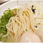 鶏だし中華そば かね壱 - やや低加水でコリっとした食感の麺。