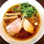 麺's Natural - 国産丸鶏をふんだんに使用し 弱火でじっくり5時間炊いたスープと魚介系スープを少量加え 透明度の高いあっさりながらもコクのあるスープです。 全国から厳選した生醤油4種をブレンドした醤油タレ 京都の老舗製麺所から厳選した喉越しの良い麺 京都から二日に一度取り寄せる新鮮九条葱 豚と鶏のレアチャーシュー  看板メニューです。