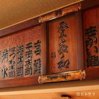 職人が握る様子を間近で眺めつつ、旬魚を使った寿司や和食に舌鼓