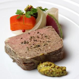 食材も自然派。岩清水豚肉と有機野菜が活きるビストロ料理◎
