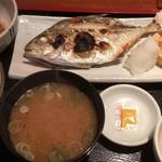 めしの助 - 日替わり焼魚定食(めっき鯵)       イカ納豆