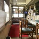 王将ラーメン - カウンター席、小上がり席ございます店内です。