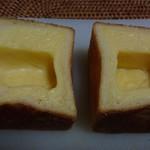 ブランジェリー コム・シノワ - タヒチバニラのクリームパン180円の切ったところ