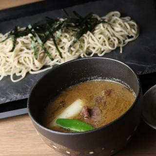 創業明治33年「魚鶴」秘伝のスープで食べる「つけ蕎麦」