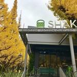 シェイク シャック - お店の横の並木はまだ綺麗です