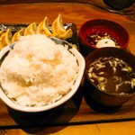 肉汁餃子製作所ダンダダン酒場 - 肉汁餃子ライス(税込680円)+ライス大盛(税込50円) スープと温泉卵付き。ランチメニューはこれだけ。後はグランドメニューより。