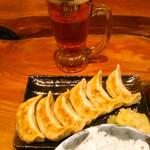 肉汁餃子製作所ダンダダン酒場 - 厚めの皮で小さくはない焼き餃子が6P。プレモル生ビールは380mlで460円(税別)が明後日まで100円(税別)