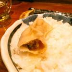 肉汁餃子製作所ダンダダン酒場 - 豚肉とにらかな、餃子からは肉汁が飛び出して来ます。