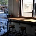 ホテル&レストラン ロジャー - 陽射しが暖かい店内