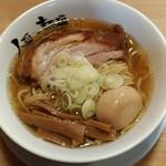 77158992 - 魚貝醤油のmacro(焼豚厚め、メンマ細め)に煮玉子トッピング