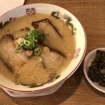 博多金龍 - 料理写真:肉盛りラーメン=660円 サービスの高菜