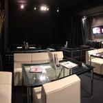 カフェ&ダイニング ライラック - ダーツのあるソファー席の個室。30名まで可能。モニターも2台完備。