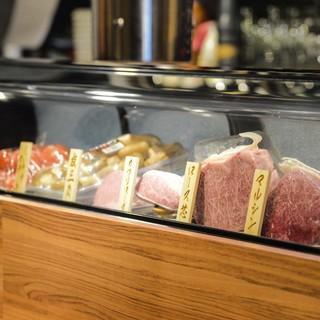 お肉はネタケースの中に保存○注文後に切り分けるから鮮度抜群!