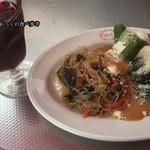 クッチーナ デル カンポ - サラダと赤ワイン