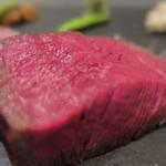 あもん ヨコ - 炉釜焼き塊肉ステーキ ズームアップ